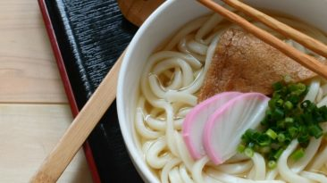 udon noodles with kamaboko and wakame
